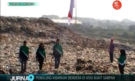 Pemulung Kibarkan Bendera di atas Bukit Sampah