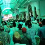 *Caption Foto* BERDUKA- Para takziyin berkumpul di PP Miftahul Huda Malang, Rabu (14/7). Penghormatan terakhir kepada KH Shohibul Kahfi.