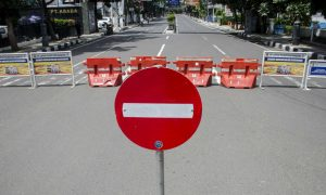 Suasana kawasan Jalan Merdeka yang ditutup untuk kendaraan di Bandung, Jawa Barat, Jumat (3/4/2020). Sejumlah ruas jalan protokol di Kota Bandung ditutup sementara dalam rangka pembatasan sosial dan pengurangan titik kumpul warga guna pencegahan penyebaran COVID-19. ANTARA FOTO/Novrian Arbi/pras.